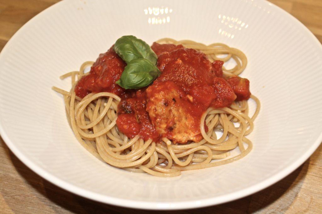 Spaghetti med kylling kødboller