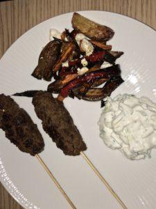 Oksespyd med ovnbagte grøntsager og tzatziki