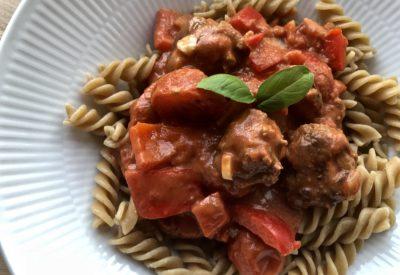 Kødboller i cremet tomat-flødesauce